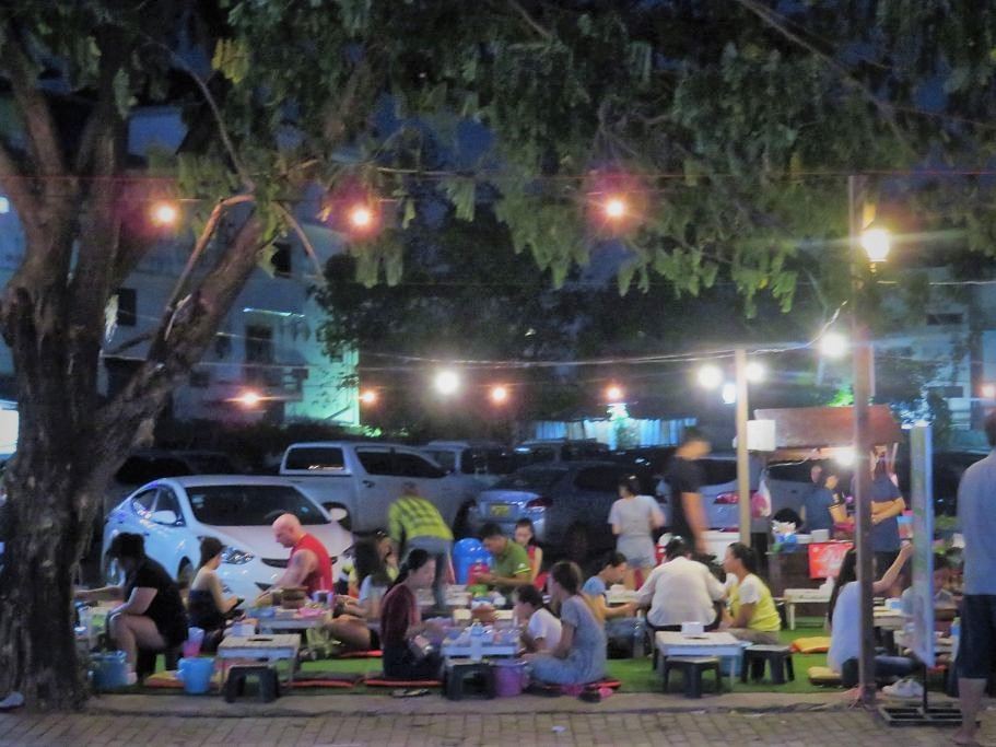 Strassenrestaurant-in-Vientiane