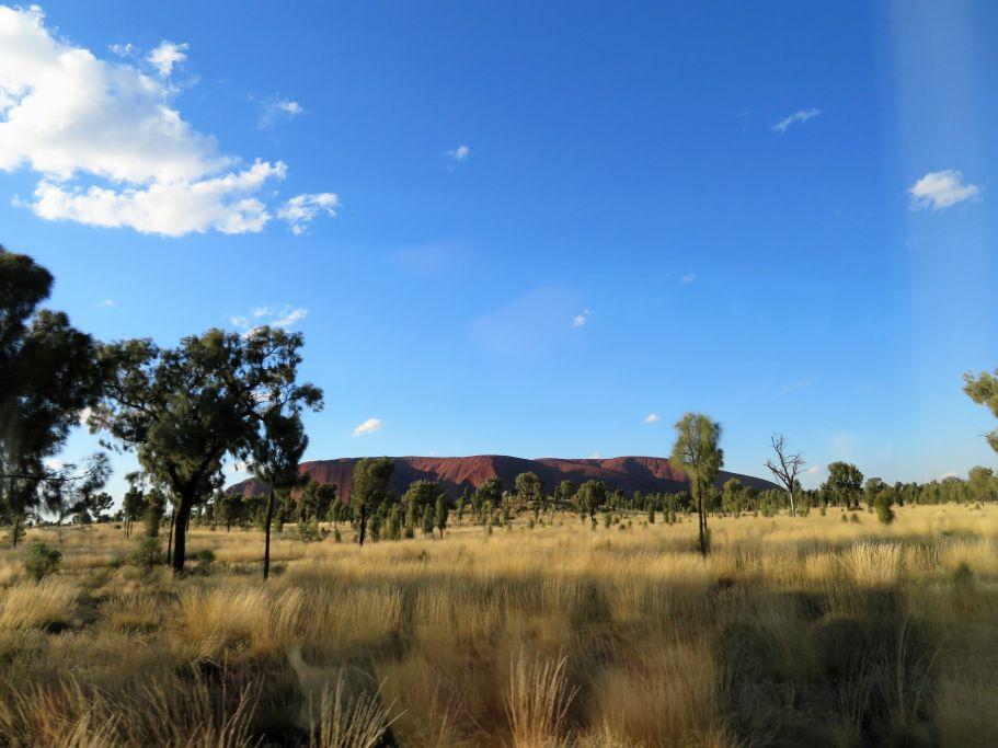 Uluru aus der Ferne
